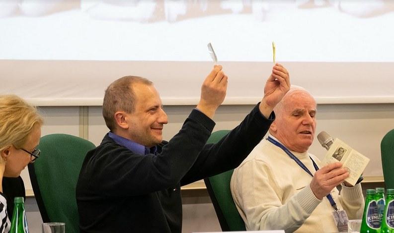 Pan Jan Dopierała oraz jego syn pokazują pamiątki z pobytu w Barcelonie /Paweł Krawczyk /INTERIA.PL