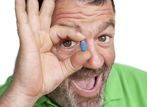 Pan się tak nie cieszy z niebieskiej pigułki! Sąsiad w Tesco kupił ją o połowę taniej /© Panthermedia