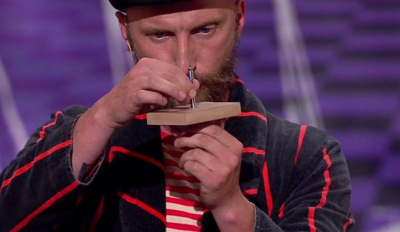 Pan Ząbek postanowił powtórzyć sztuczkę z gwoździem /TVN Talent Show /YouTube