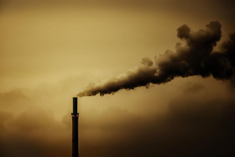 Pandemia na krótko ograniczyła emisje gazów cieplarnianych /123RF/PICSEL