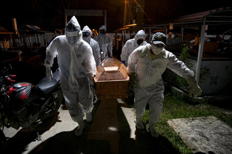 Pandemia na świecie nie słabnie (na zdj. grabarze w Brazylii) /TARSO SARRAF /AFP