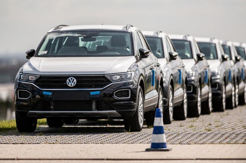 Pandemia spowodowała znaczy spadek sprzedaży samochodów /Getty Images