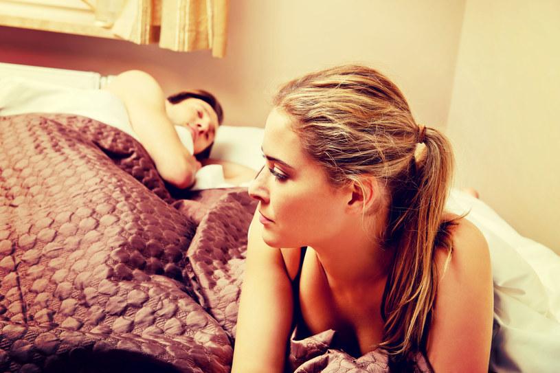 Pandemia sprawiła, że rzadziej chodzimy ze sobą do łóżka /123RF/PICSEL