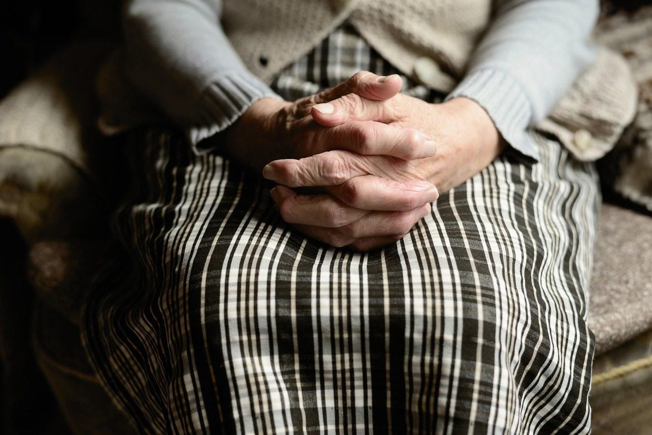 Pandemiczna izolacja starszych osób w domach ma negatywne konsekwencje