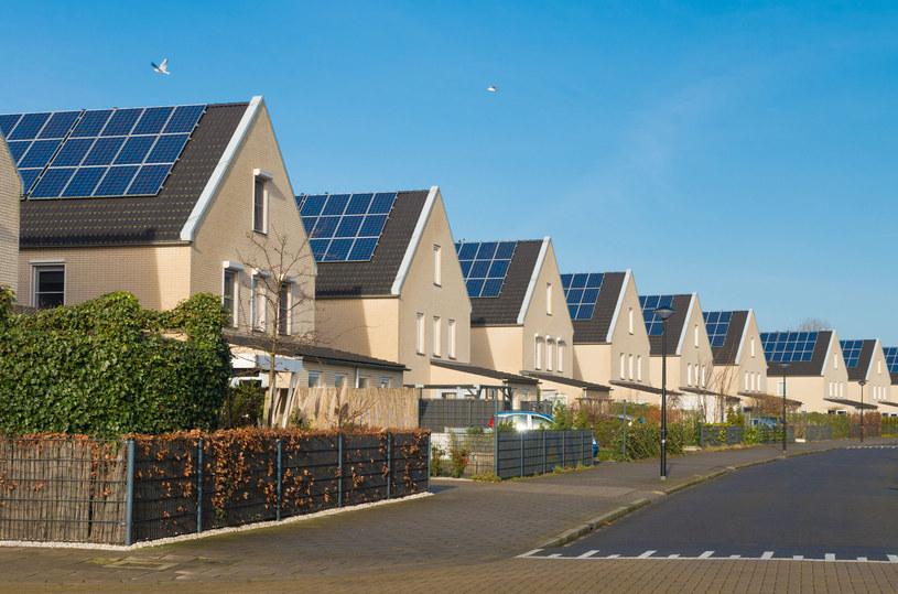 Panele fotowoltaiczne najwięcej energii produkują w środku lata i w okolicach południa. /123RF/PICSEL
