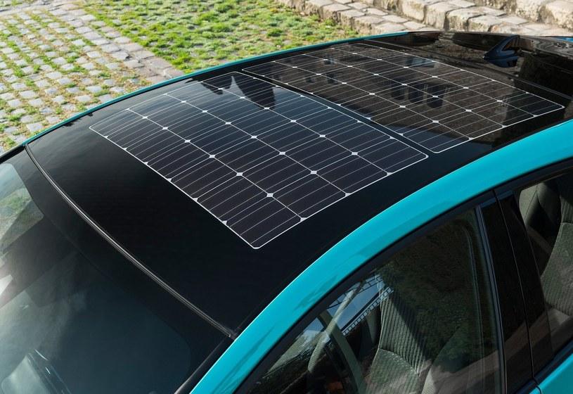 Panele fotowoltaliczne na dachu Toyoty Prius Plug-In /