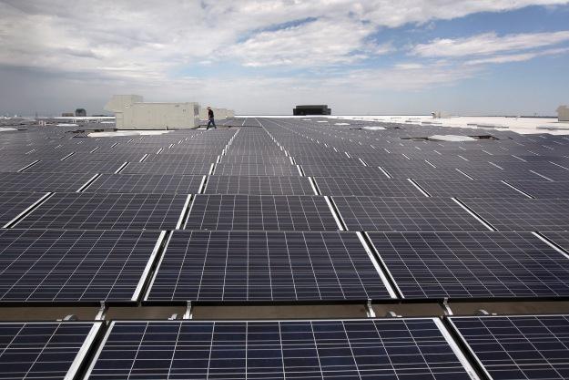 Panele słoneczne na dachu jednego z amerykańskich sklepów Ikea /AFP