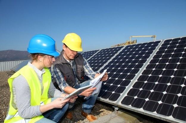 Panele słoneczne wkrótce w wersji miniaturowej, w kolejnej generacji iPhone'a? /123RF/PICSEL