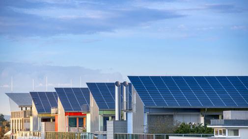 Panele słoneczne zintegrowane z dachem - czy to dobry pomysł?