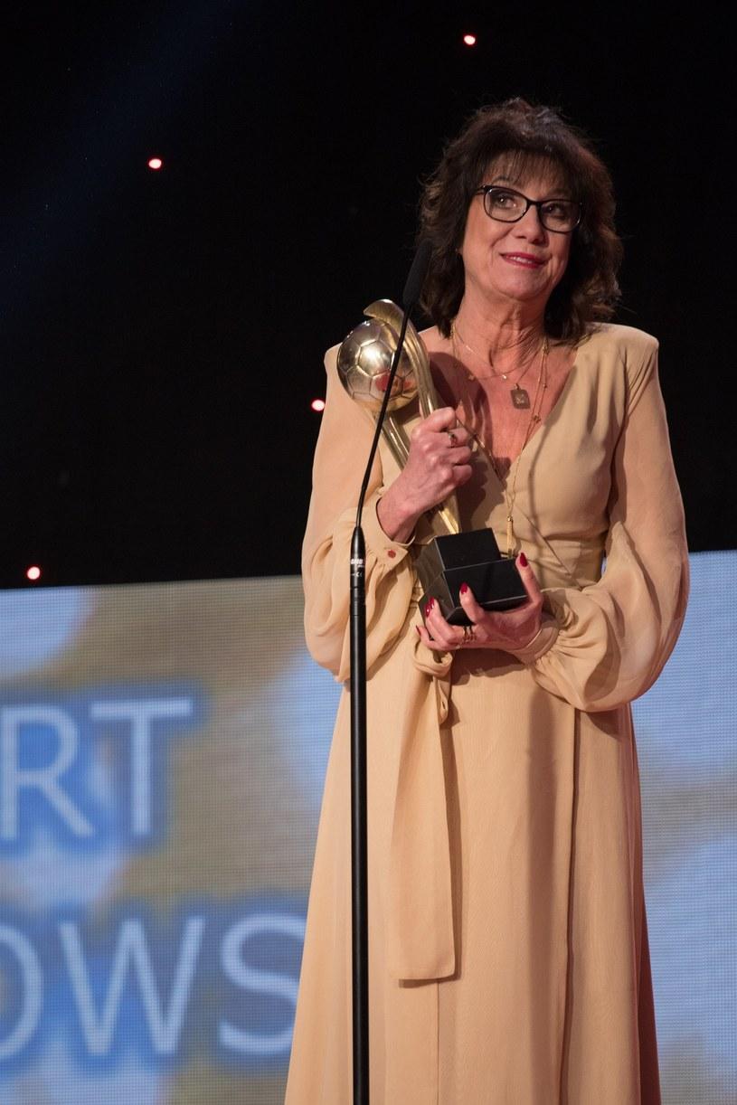 Pani Iwona Lewandowska odebrała za Roberta nagrodę dla najlepszego polskiego piłkarza /Paweł Wisniewski /East News