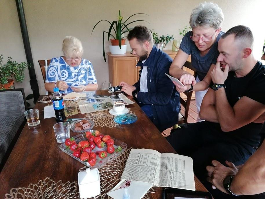 Pani Maria – siostra Tadeusza Jakowczyka, ma ze sobą wszystkie wycinki z gazet, w których pojawiały się jakiekolwiek informacje na temat katastrofy. /