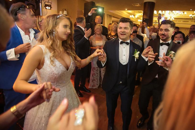Pani młoda podczas tańca z mężem i teściem, Zenkiem Martyniukiem /Piotr Grzybowski /East News