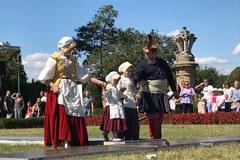 Panie w pięknych sukniach ... panowie w żupanach. Pokaz mody na dziedzińcu Zamku Książ w Wałbrzychu.