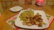 Panierowane krewetki z ryżem curry i dipem czosnkowym