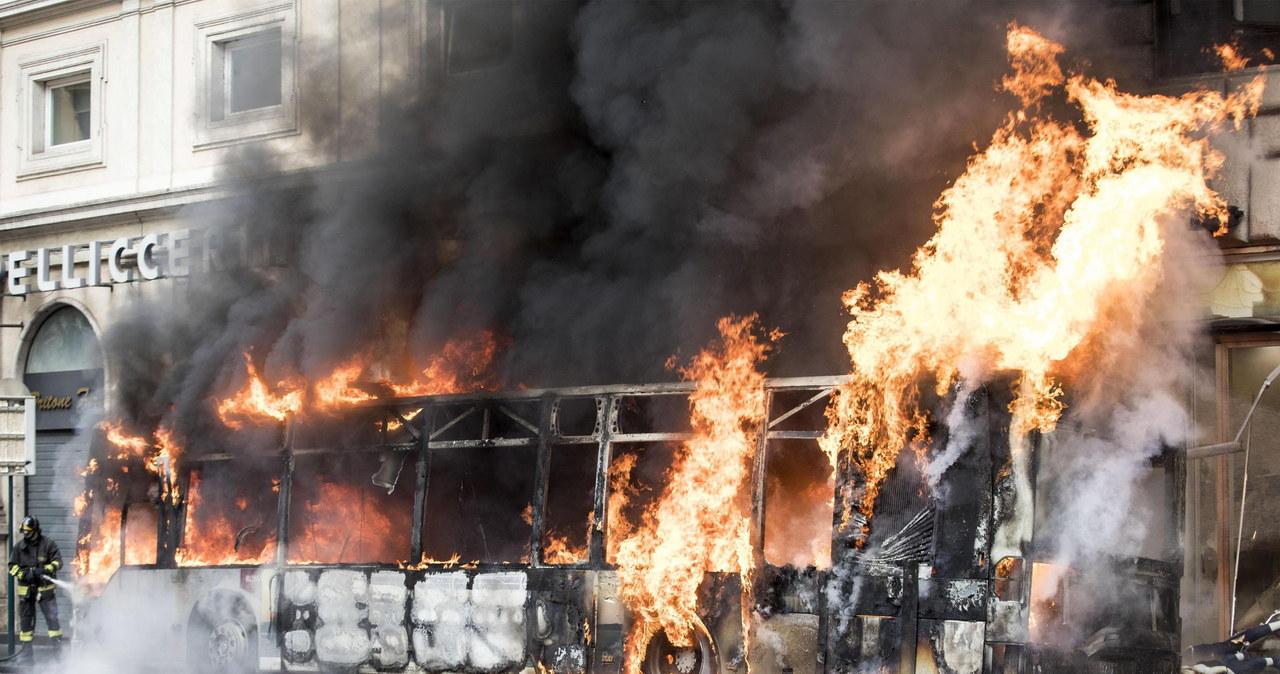 Panika w Rzymie. W centrum miasta autobus stanął w płomieniach