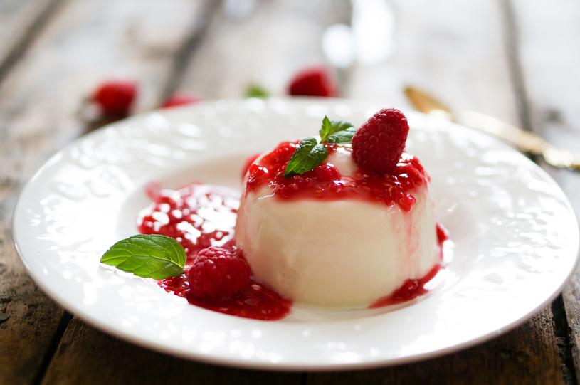Panna cota. Włoska nazwa deseru oznacza gotowaną śmietankę /123RF/PICSEL