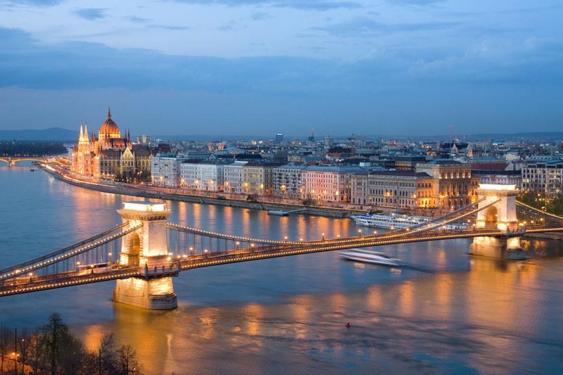 Panorama Budapesztu widziana z Góry Gellérta w Budzie. Po lewej budynek parlamentu. /123RF/PICSEL