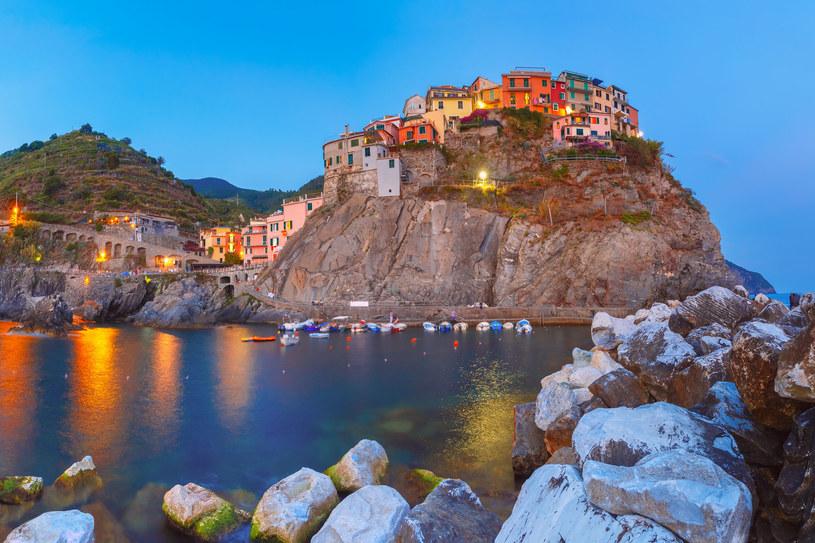 Panorama Riomaggiore zachwyca i uświadamia, ile hartu ducha wymagało zbudowanie osady na tak skalistym wybrzeżu /123RF/PICSEL