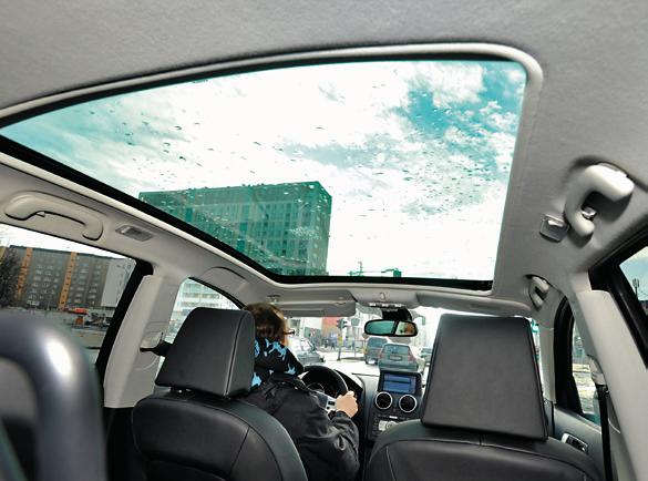 Panoramiczny szklany dach – wygląda fantastycznie, ale dla użytkownika to więcej problemów niż korzyści. /Motor