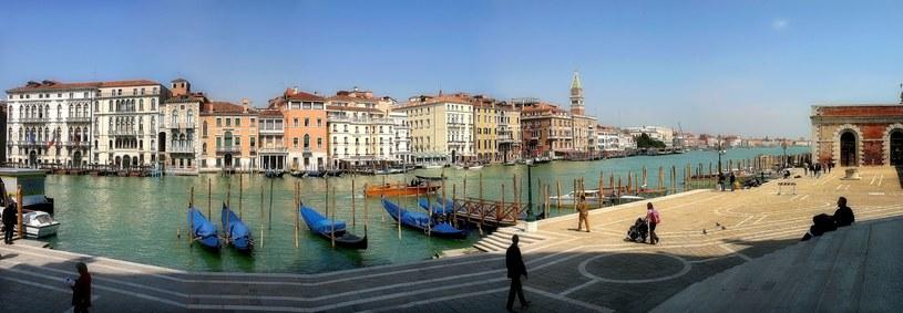 Panoramiczny widok na wielokolorowe budynków wzdłuż słynnego Canal Grande w Wenecji /123RF/PICSEL