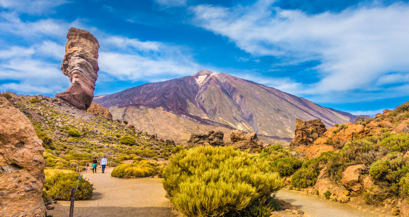 Panoramiczny widok z unikalnym Roque Cinchado unikalnej formacji skalnej z słynnego Pico del Teide wulkan szczyt górski w tle w słoneczny dzień, Park Narodowy Teide, Teneryfa /123RF/PICSEL