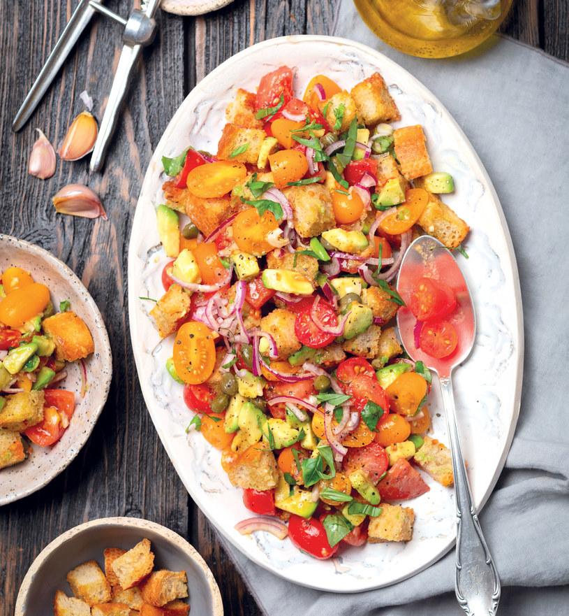Panzanella – sałatka z pomidorów z chlebem jest znakomita /materiały prasowe