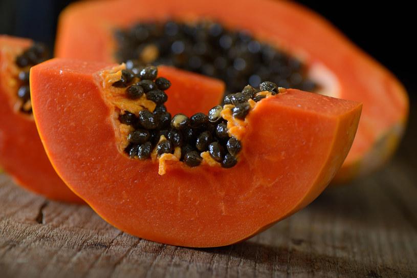 Papaja stanowi naturalne remedium na wiele urodowych problemów. /123RF/PICSEL