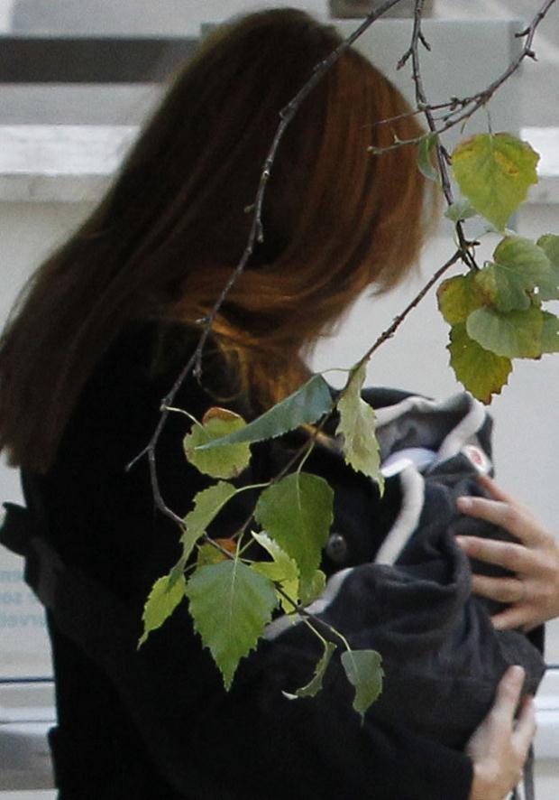 Paparazzim z ukrycia udało się zrobić zdjęcia Carli wychodzącej ze szpitala. Fot. Alexander Klein  /AFP