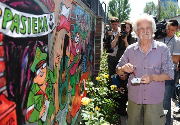 """""""Papcio Chmiel"""" przy muralu z Tytusem, Romkiem i A'Tomkiem w Muzeum Powstania Warszawskiego /Jacek Turczyk /PAP"""