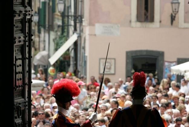 Papiescy strażnicy przed wejściem do rezydencji w w Castel Gandolfo /AFP