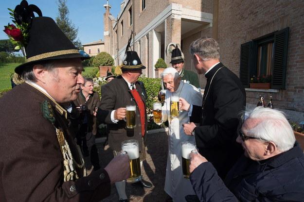Papież Benedykt uczcił 88. urodziny kuflem bawarskiego piwa /EPA/OSSERVATORE ROMANO /PAP/EPA