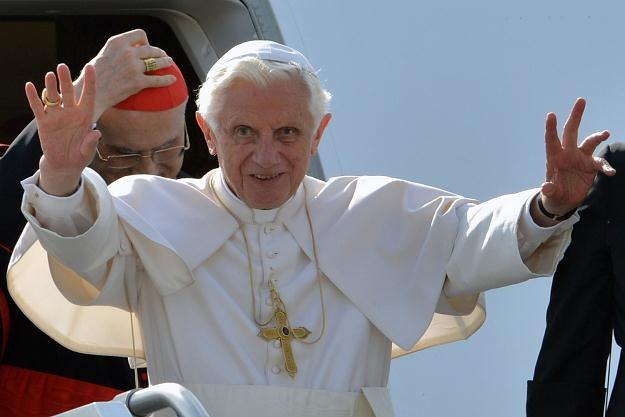 Papież benedykt XVI i kard. Tarcisio Bertone /AFP
