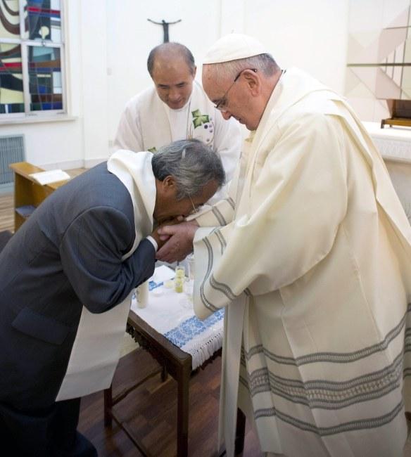 Papież chrzci ojca jednej z ofiar katastrofy /PAP/EPA/OSSERVATORE ROMANO /PAP/EPA