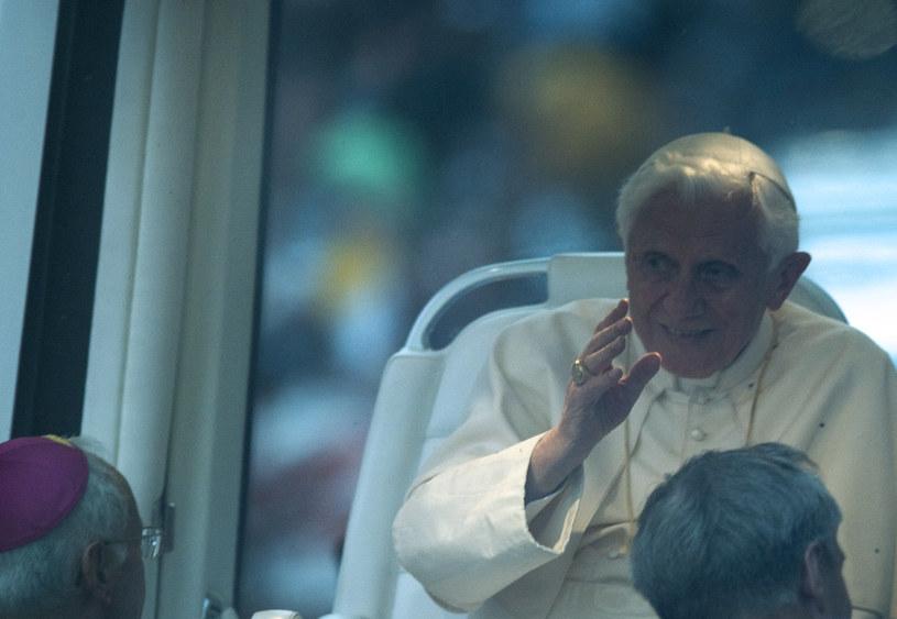 Papież-emeryt został powitany gromkimi brawami /AFP