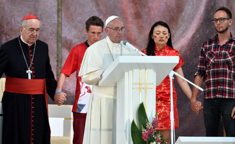 Papież Franciszek (C) modli się w Brzegach z uczestnikami Światowych Dni Młodzieży /Jacek Turczyk /PAP