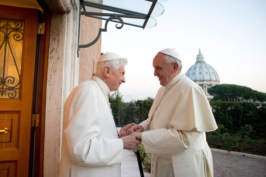 Papież Franciszek i emerytowany papież Benedykt XVI /L'OSSERVATORE ROMANO /PAP/EPA