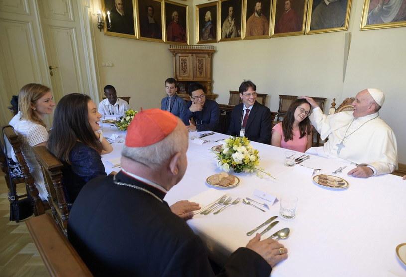 Papież Franciszek  jest w Pałacu Arcybiskupów Krakowskich przy ul. Franciszkańskiej 3. Tutaj zje obiad z młodzieżą z różnych krajów. Wspólny posiłek papieża z młodymi ludźmi to tradycja Światowych Dni Młodzieży. /PAP/EPA