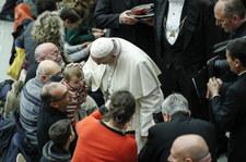 Papież Franciszek: Mały Jezus przypomina nam, że połowa uchodźców to dzieci