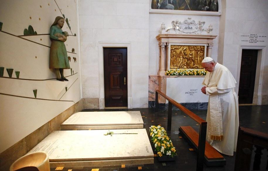 Papież Franciszek modlący się przy grobach św. Franciszka i św. Hiacynty z Fatimy /TONY GENTILE /PAP/EPA