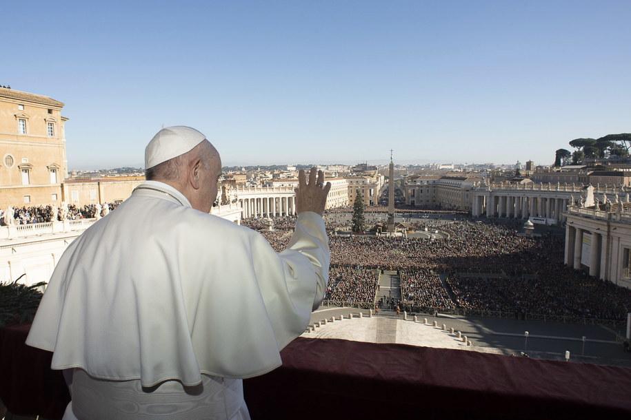 Papież Franciszek na balkonie Bazyliki św. Piotra, 25 grudnia /VATICAN MEDIA/HANDOUT /PAP/EPA