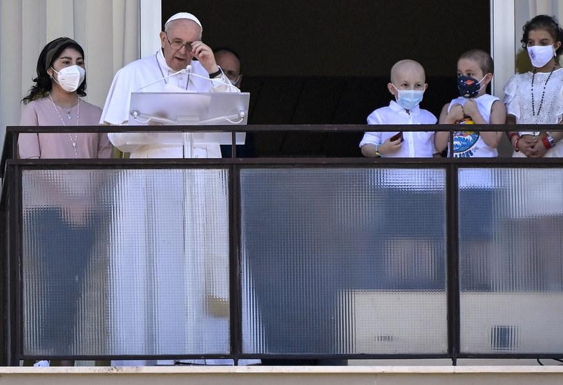 Papież Franciszek na balkonie w klinice Gemelli /PAP/EPA/Riccardo Antimiani /PAP