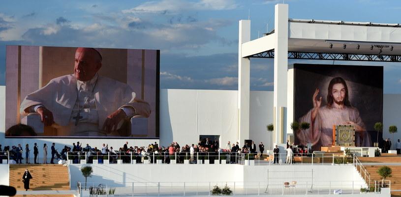 Papież Franciszek (na ekranie) na Campusie Misericordiae w Brzegach /Radek Pietruszka /PAP