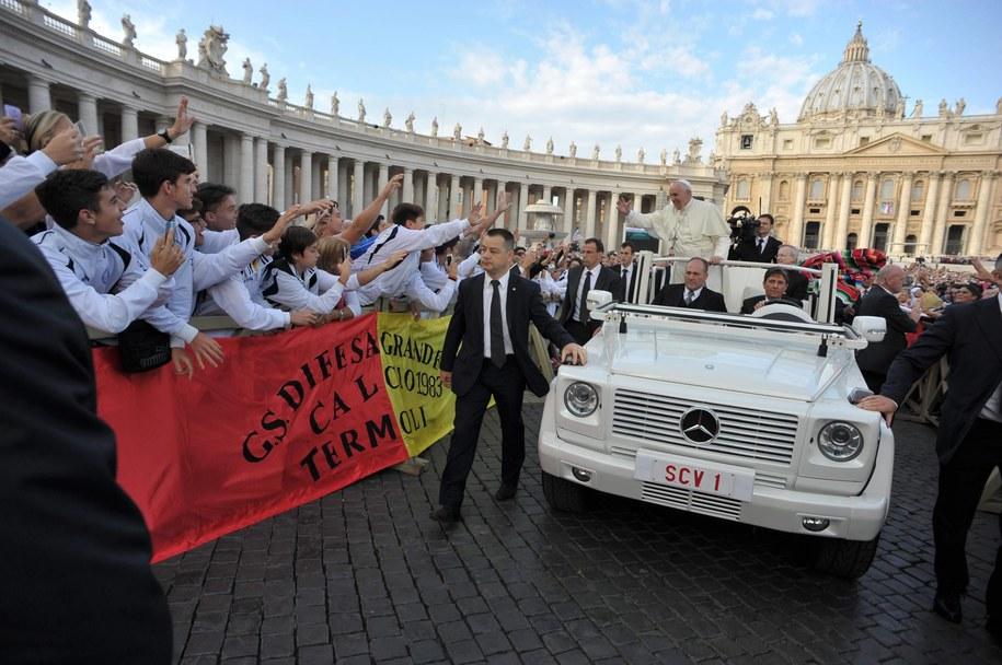 Papież Franciszek na pl. Świętego Piotra /OSSERVATORE ROMANO/HANDOUT /PAP/EPA