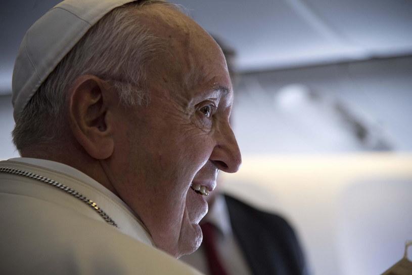 Papież Franciszek na podkładzie samolotu w drodze do ZEA /EPA/LUCA ZENNARO  /PAP/EPA
