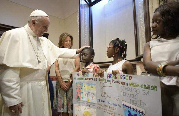Papież Franciszek na spotkaniu z uchodźcami /PAP/EPA/OSSERVATORE ROMANO / HANDOUT /PAP/EPA