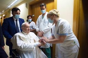 Papież Franciszek na wózku. Pozdrowił w szpitalu pacjentów i personel