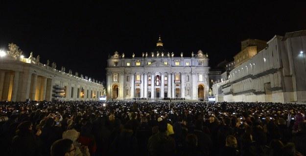 Papież Franciszek od razu zyskał przychylność wiernych, a nawet przychylność mediów /AFP