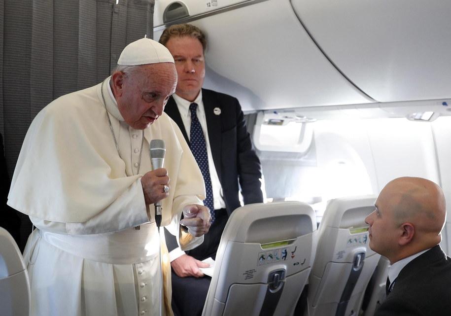 Papież Franciszek odpowiadał na pytania podróżujących z nim dziennikarzy. /MAX ROSSI / POOL /PAP/EPA