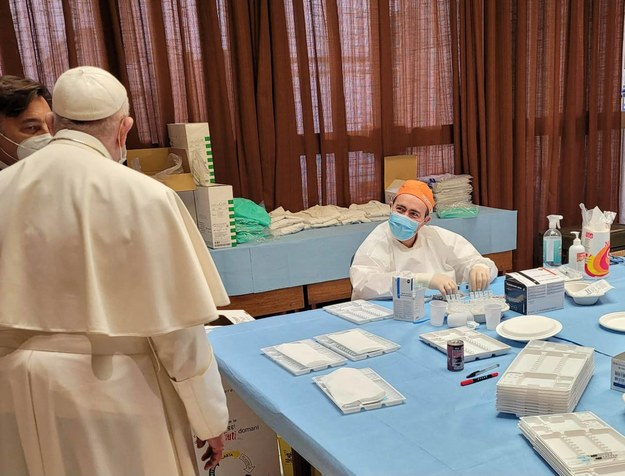Papież Franciszek odwiedził atrium Sali Pawła VI podczas akcji szczepień /IPA/ABACA /PAP/Abaca