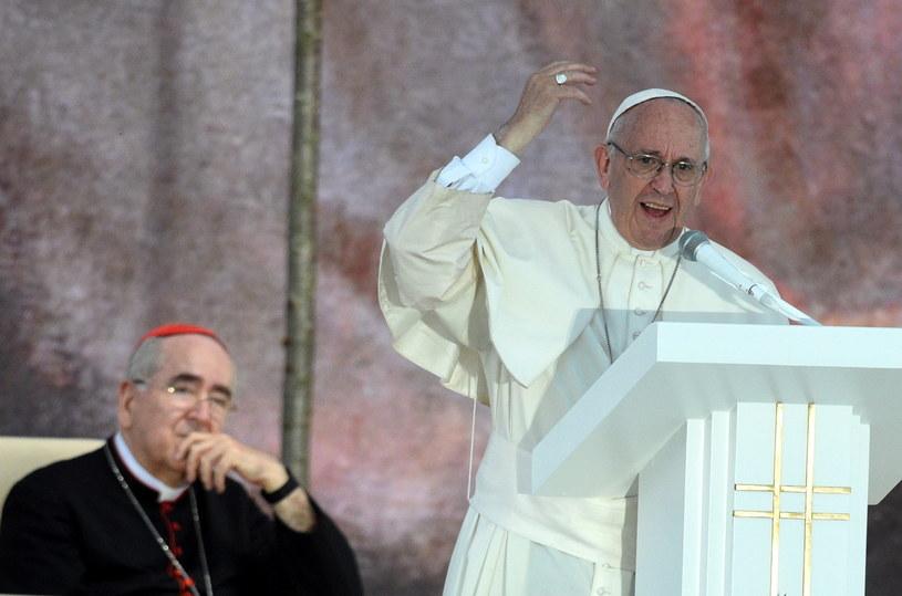Papież Franciszek (P) i biskup Stanisław Ryłko (L), podczas uroczystości na Campusie Misericordiae w Brzegach /Jacek Turczyk /PAP